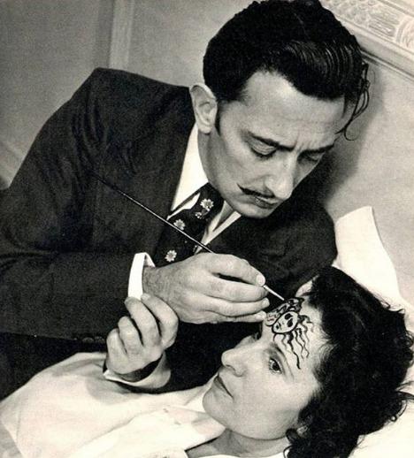Salvador Dali pintando a testa da sua esposa, em 1948