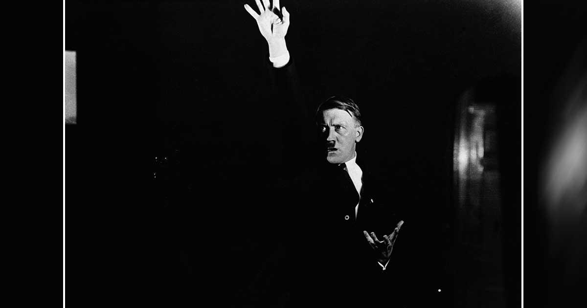 Hitler praticando um discurso na frente de um fotógrafo para estudar seus movimentos e o impacto dramático dos gestos. Hitler era famoso por ser um empolgante orador