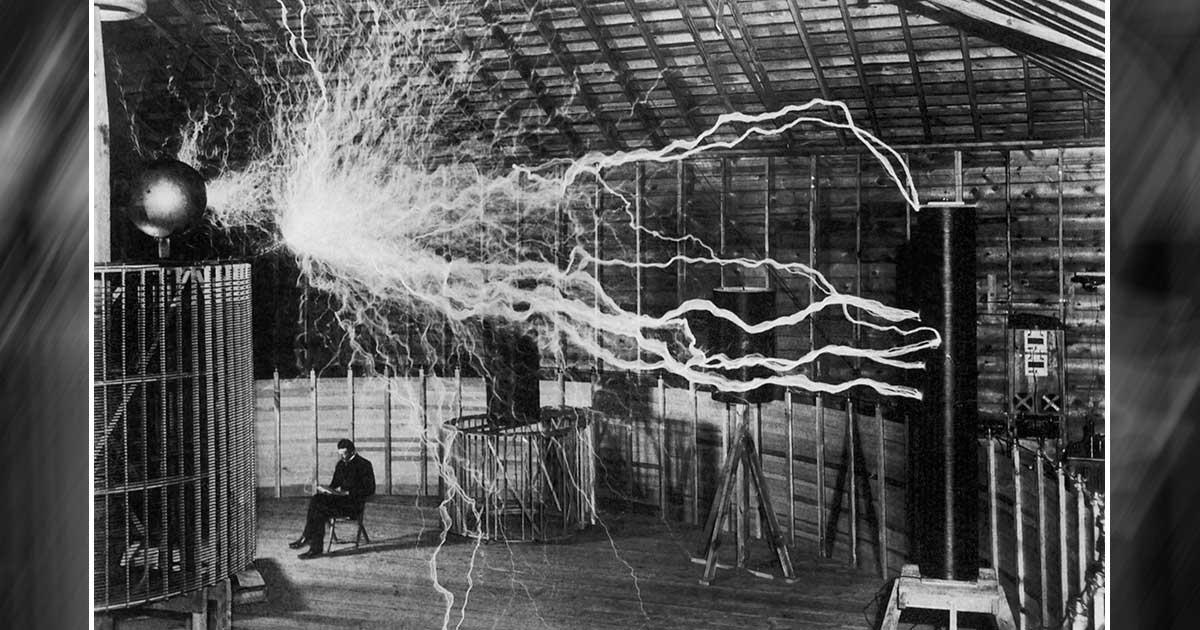 Famoso e muitas vezes subestimado, inventor Nikolas Tesla senta em seu laboratório enquanto seu gerador de alta tensão trabalha