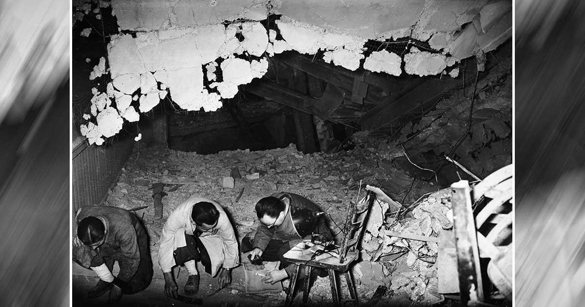 Especialistas do Exército Aliado examinam os restos do bunker de guerra de Hitler em 1945. Quando as tropas aliadas se aproximaram, o líder nazista comeceu suicídio colocando um revólver em sua boca