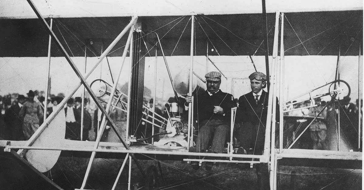 O presidente Theodore Roosevelt se tornou o primeiro presidente a voar em um avião. Aqui ele aparece sentado ao lado de um piloto antes da decolagem. A foto foi tirada em 1907