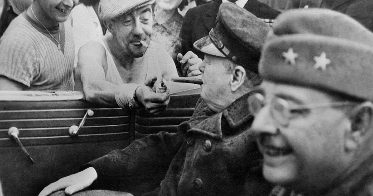 Francês libertado acende o charuto do primeiro-ministro da Inglaterra, Winston Churchill, após a derrota do exército alemão