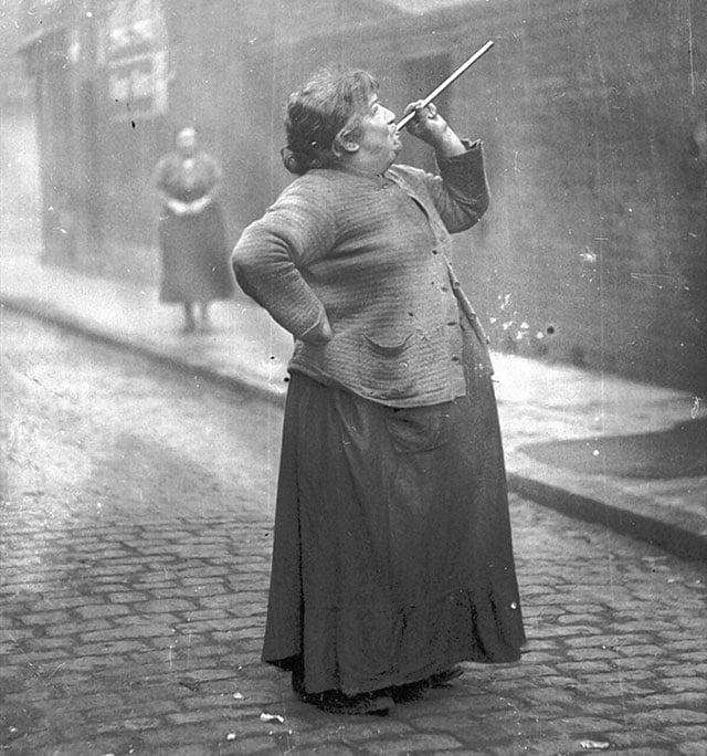 Uma pessoa foi contratada para garantir que as pessoas acordassem a tempo para seus trabalhos. Mary Smith ganhava seis pence por semana para atirar ervilhas secas nas janelas dos operários adormecidos no leste de Londres nos anos 30