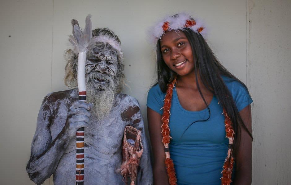 Um orgulhoso aborígine que viajou mais de 3 mil quilômetros para assistir à graduação da sua neta