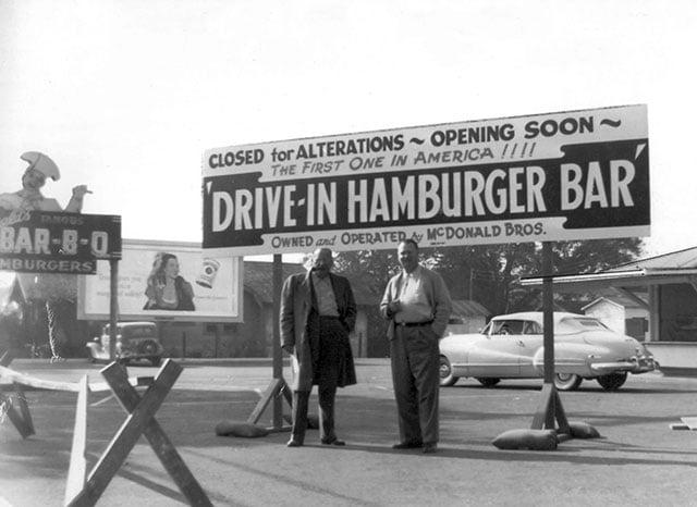 Os irmãos McDonald em frente ao primeiro restaurante que seria aberto em novembro de 1948, em San Bernadino