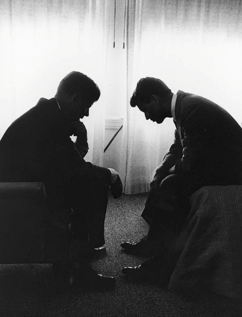 John F. Kennedy consulta seu irmão Robert Kennedy durante a campanha presidencial