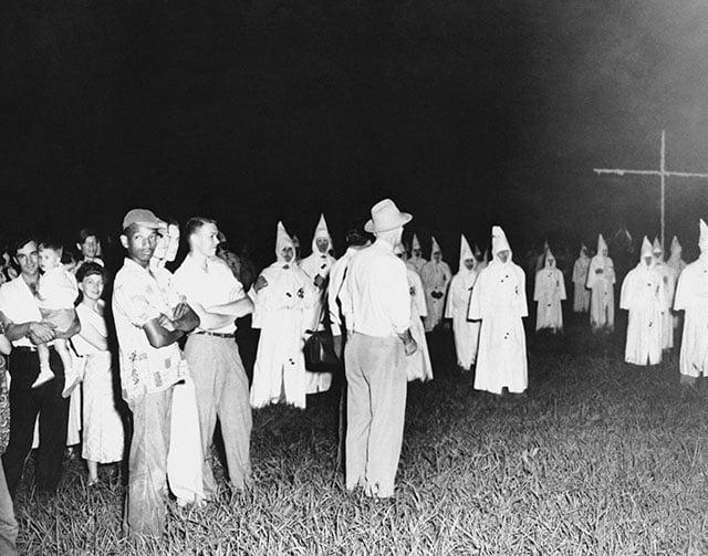 Um solitário homem negro num comício da KKK, em Jackson, Mississippi, 1950