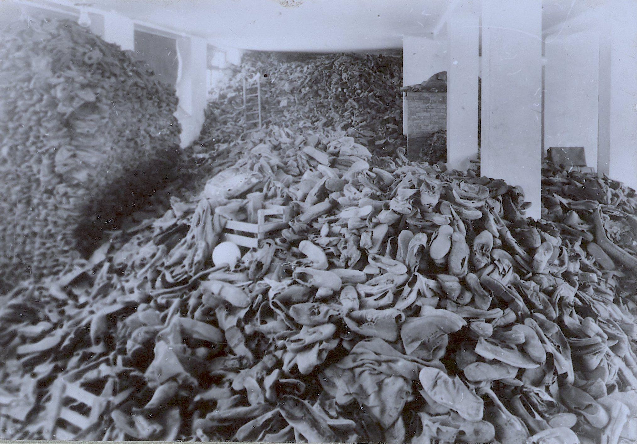 Um dos armazéns cheios de sapatos de vítimas do holocausto. Auschwitz, Polônia, 1944