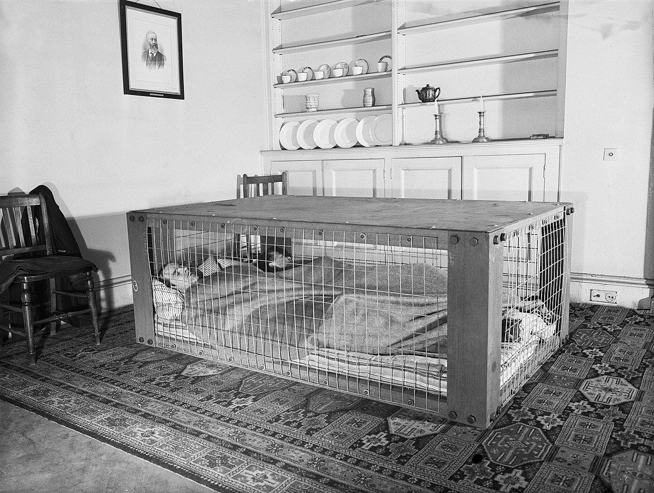 Casal britânico dorme dentro de um abrigo usado como proteção contra provável bombardeio da Segunda Guerra Mundial, 1941