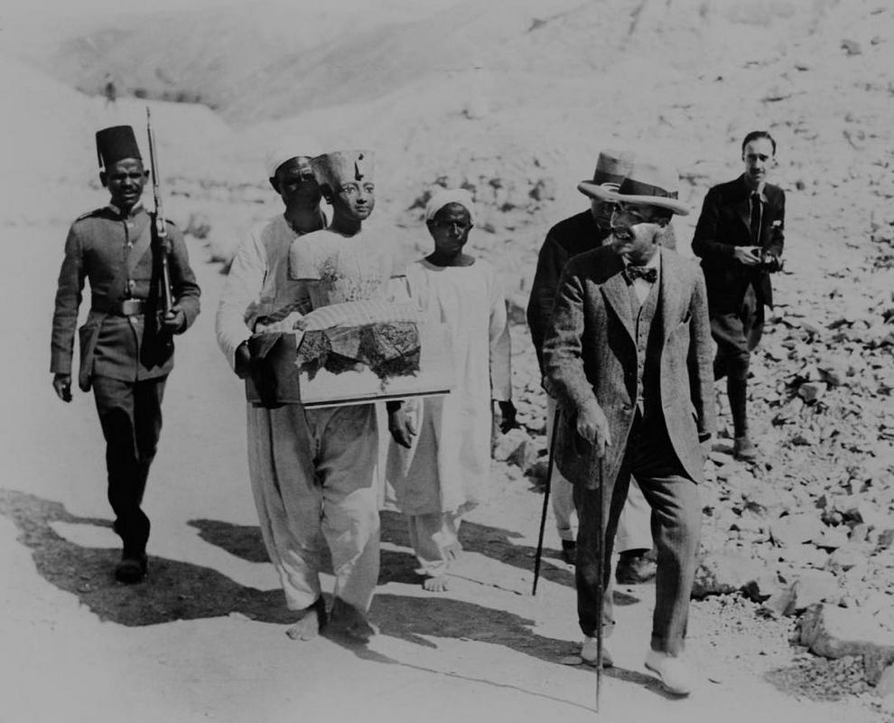 Busto de Tutancâmon sendo carregado do túmulo