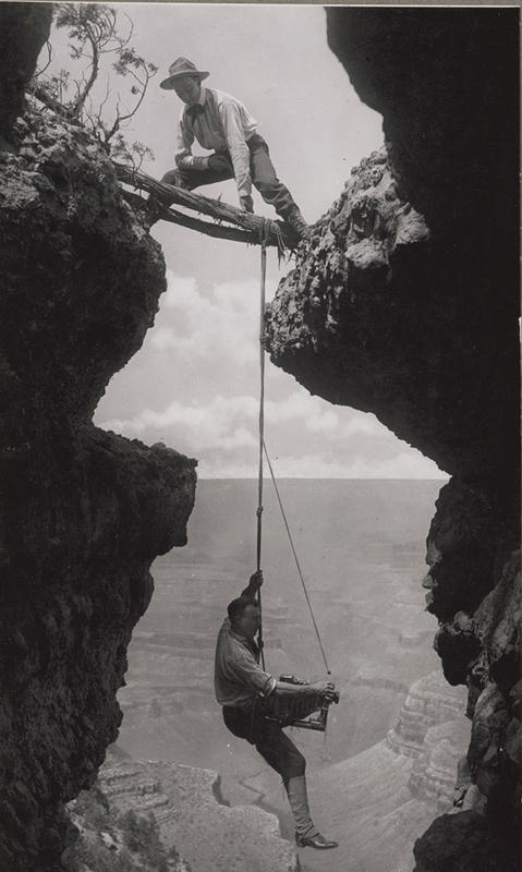 Fotógrafo do Grand Canyon suspenso por uma corda, em 1908