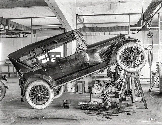 Oficina mecânica de carros em 1919