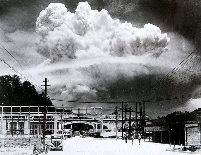 Bombardeio de Nagasaki. Essa foto foi tirada cerca de 15 minutos após a detonação