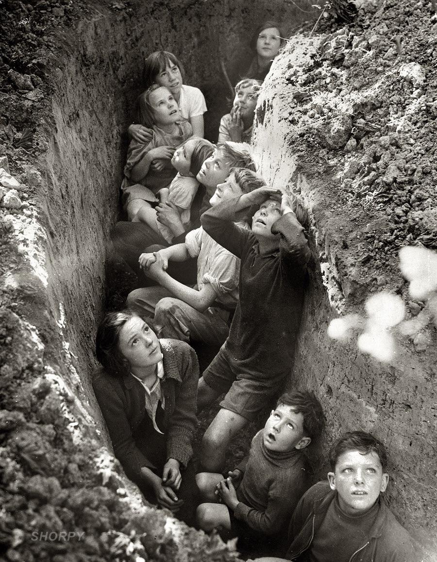 Crianças entrincheiradas durante Segunda Guerra Mundial