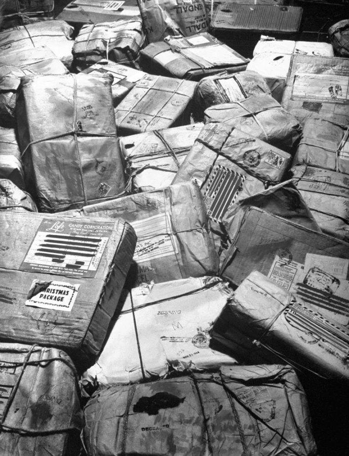 Pacotes de Natal destinados a soldados que foram mortos ou dados como desaparecidos durante a guerra. Todos ganharam um selo de