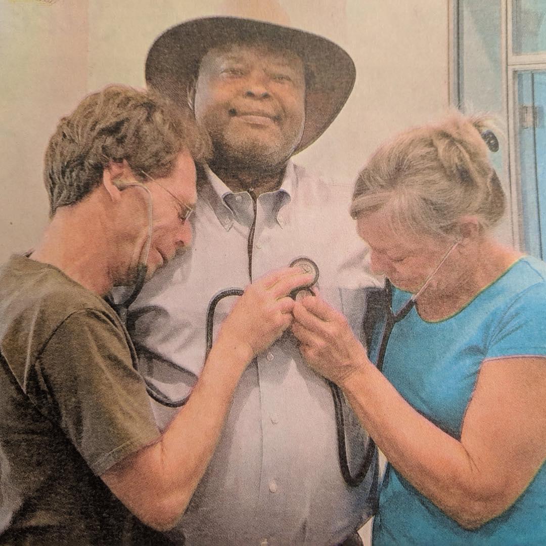 Mãe e pai escutam o coração transplantado do filho de 23 anos batendo no peito de outra pessoa