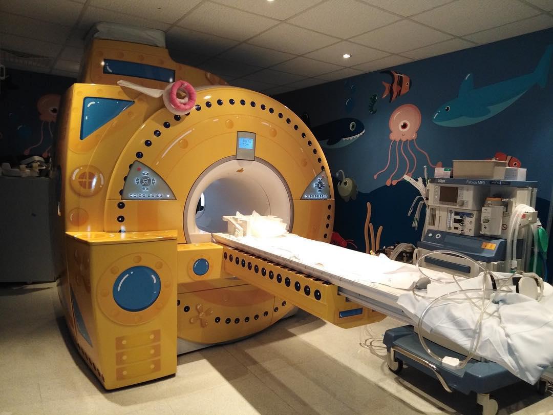 Hospital pediátrico pinta a máquina de ressonância magnética para parecer um submarino