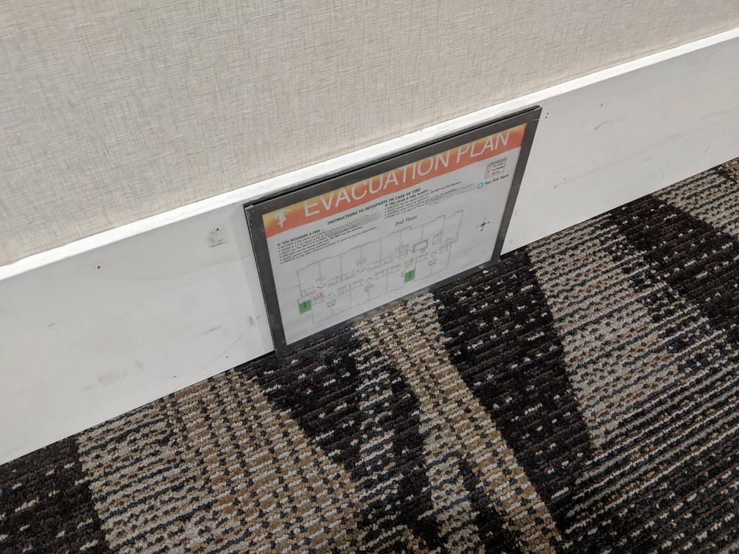 Alguns hotéis possuem planos de evacuação de incêndio no nível do solo, para que você possa vê-los se a fumaça encher os corredores e você tiver que rastejar