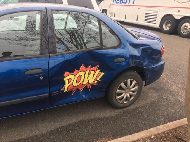 Não precisa consertar seu carro amassado, basta um pouco de criatividade