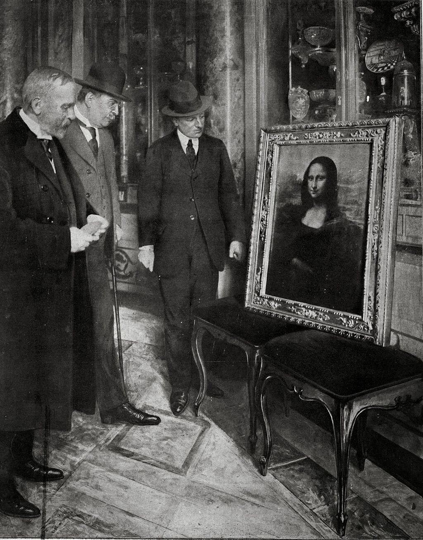 Homens admirando a Mona Lisa, encontrada dois anos após ter sido roubada do Louvre, em 1913