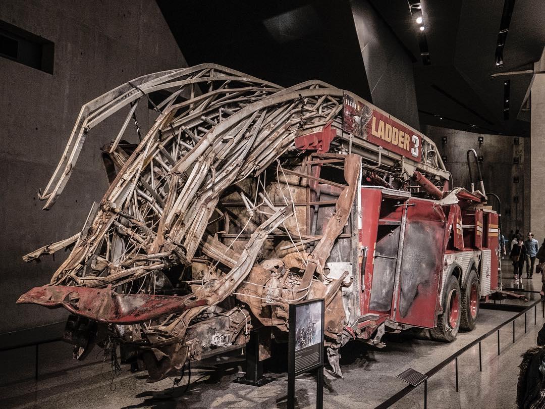 Um dos primeiros caminhões do corpo de bombeiros a chegar  na tragédia do 11 de setembro