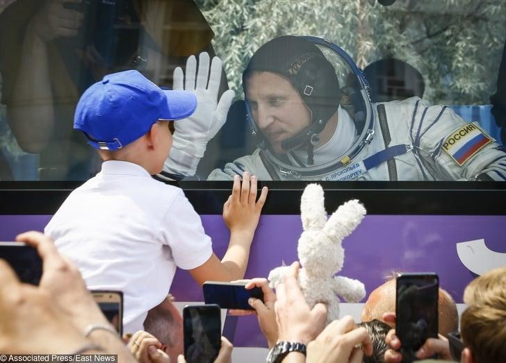 Cosmonauta russo conversando com seu filho antes de ir para o espaço
