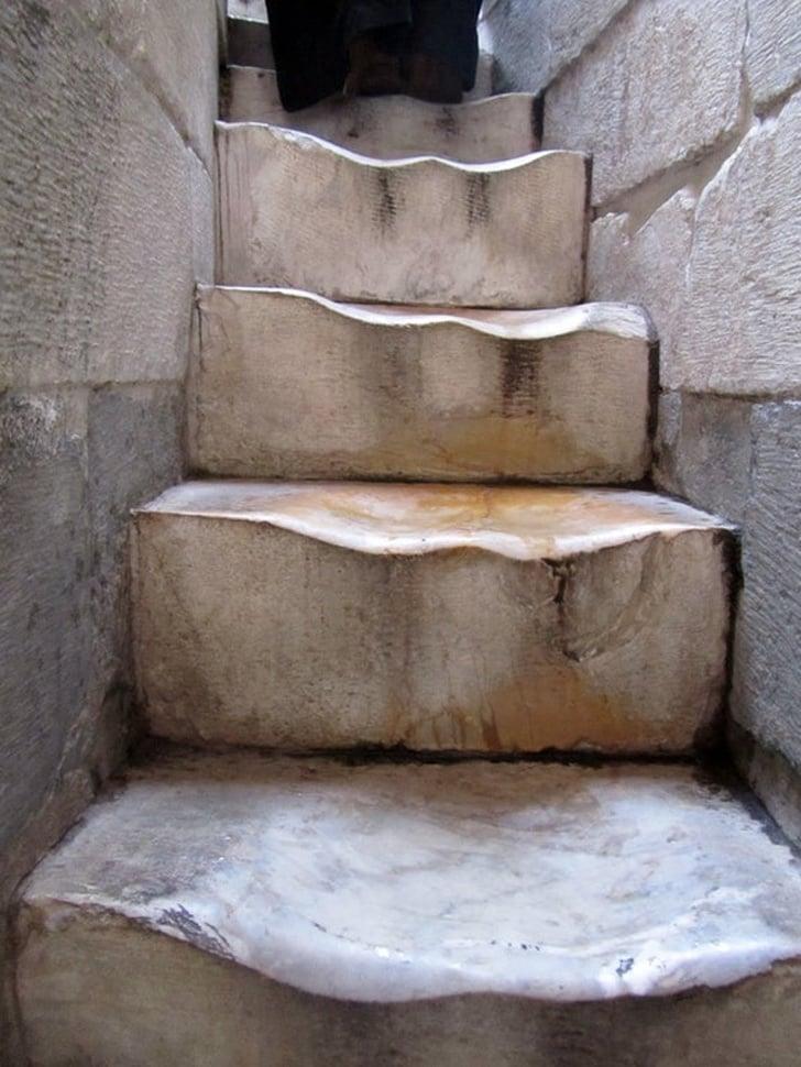 500 anos de uma escada de mármore na Torre de Pisa