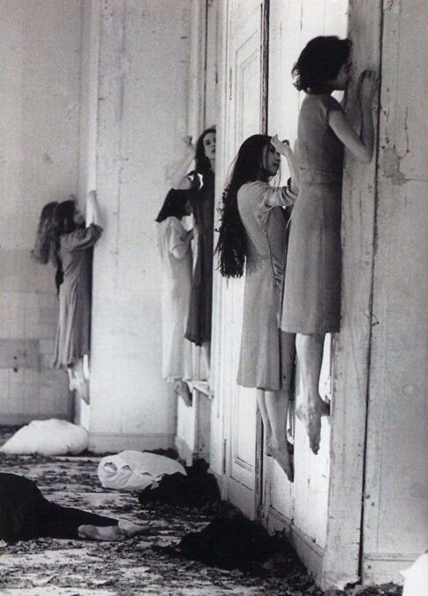 Essa imagem é rotulara erroneamente afirmando que trata-se de uma instuição de tratamento a doenças mentais na Rússia nos anos 50. Mas, na realidade, são bailarinas alemãs esticando os músculos da barriga em 1977. Elas estão pisando em buracos feitos na parede