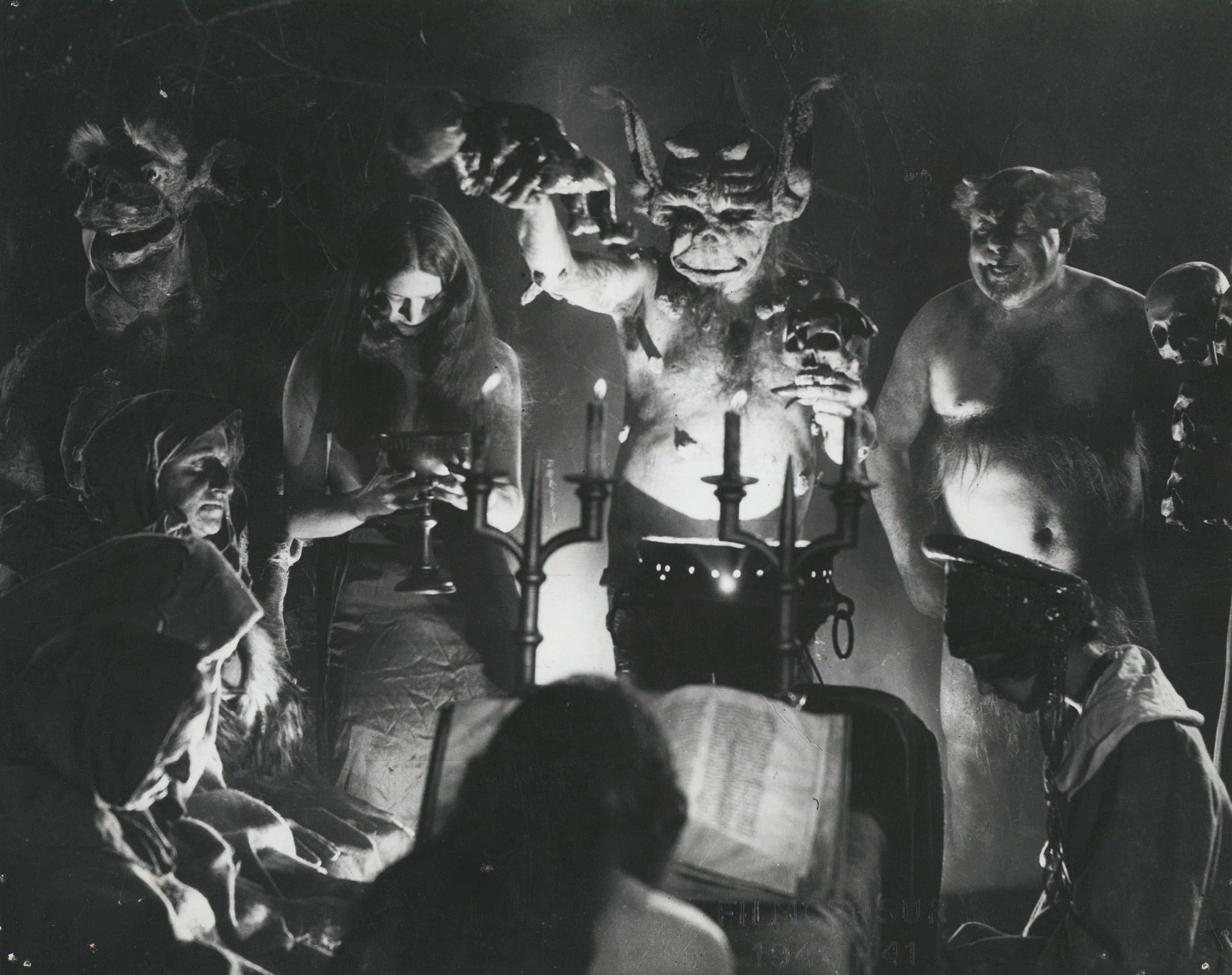 Não é uma cena de exorcismo ou da deep web, mas um frame do filme de terror