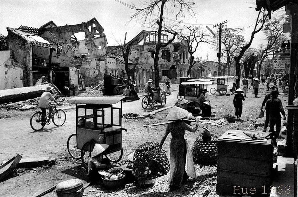 População da destruída cidade vietnamita de Hue tentando ganhar a vida vendendo produtos na rua, em 1968