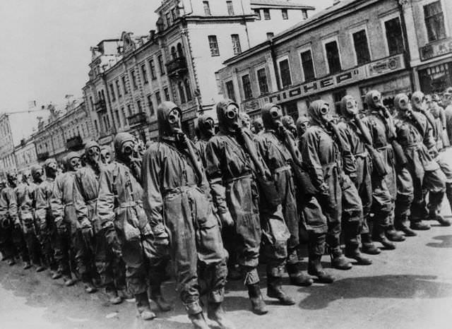 Tropa russa pronta para a guerra química, Moscou, 1928