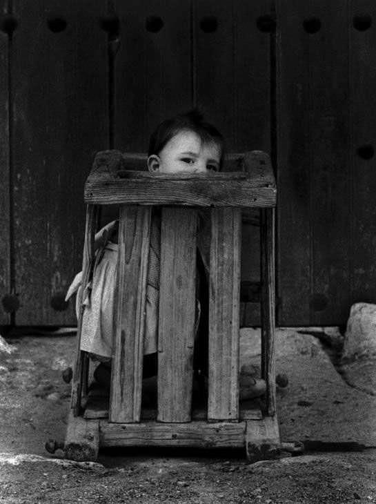 Criança confinada em asilo psiquiátrico na Espanha, 1922