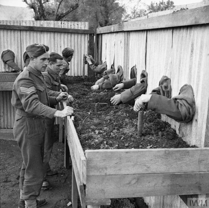 Era assim que os soldados britânicos treinavam para desarmar minas às cegas durante a guerra, em 1943