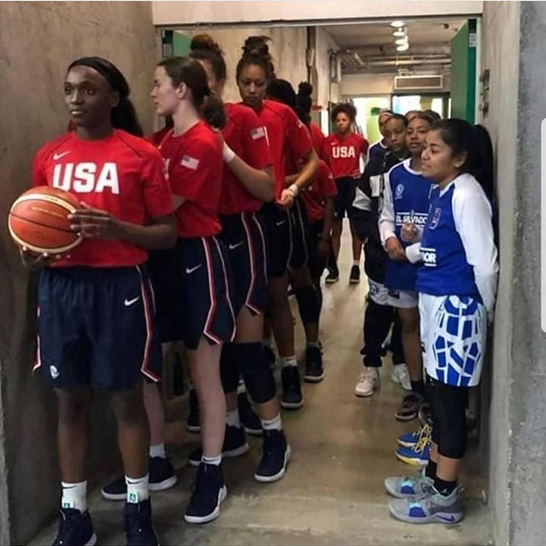 Time feminino de basquete SUB-16 dos Estados Unidos ao lado do SUB-16 de El Salvador. O resultado foi 114 a 19