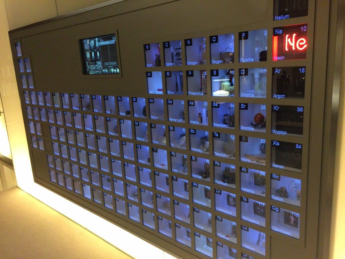 A primeira coisa que você percebe quando entra no escritório de Bill Gates, nos arredores de Seattle, é uma tabela periódica instalada na parede com uma amostra de cada elemento químico na vitrine