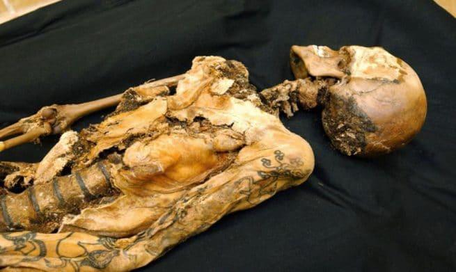 Corpo tatuado de uma princesa siberiana, mumificado há mais de 2500 anos. Ela pertencia ao povo Pazyryk, nômades do século 5 a.C. Os especialistas acreditam que as tatuagens tinham relação com a idade e o status ao qual pertencia a pessoa, mas sabe-se que são desenhos de criaturas mitológicas