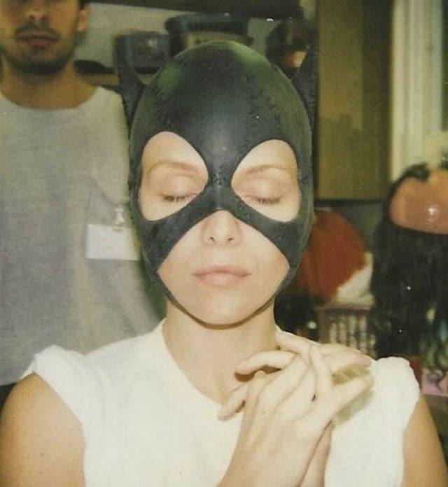 Michelle Pfeiffer experimentando pela primeira vez sua máscara de Mulher Gato para o filme
