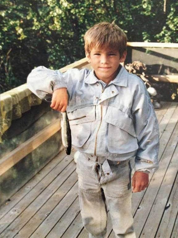 Um jovem Ryan Reynolds com um peixe na década de 80