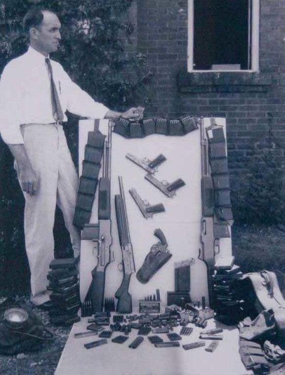 Arsenal encontrado no carro de Bonnie & Clyde depois que foram mortos numa emboscada em 1934