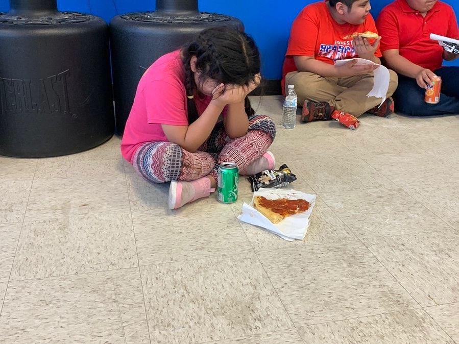 Crianças passam noite em ginásio comunitário em Mississipi após seus pais serem capturados pelo departamento de Imigração e Alfândega dos EUA, quando prenderam cerca de 680 imigrantes ilegais