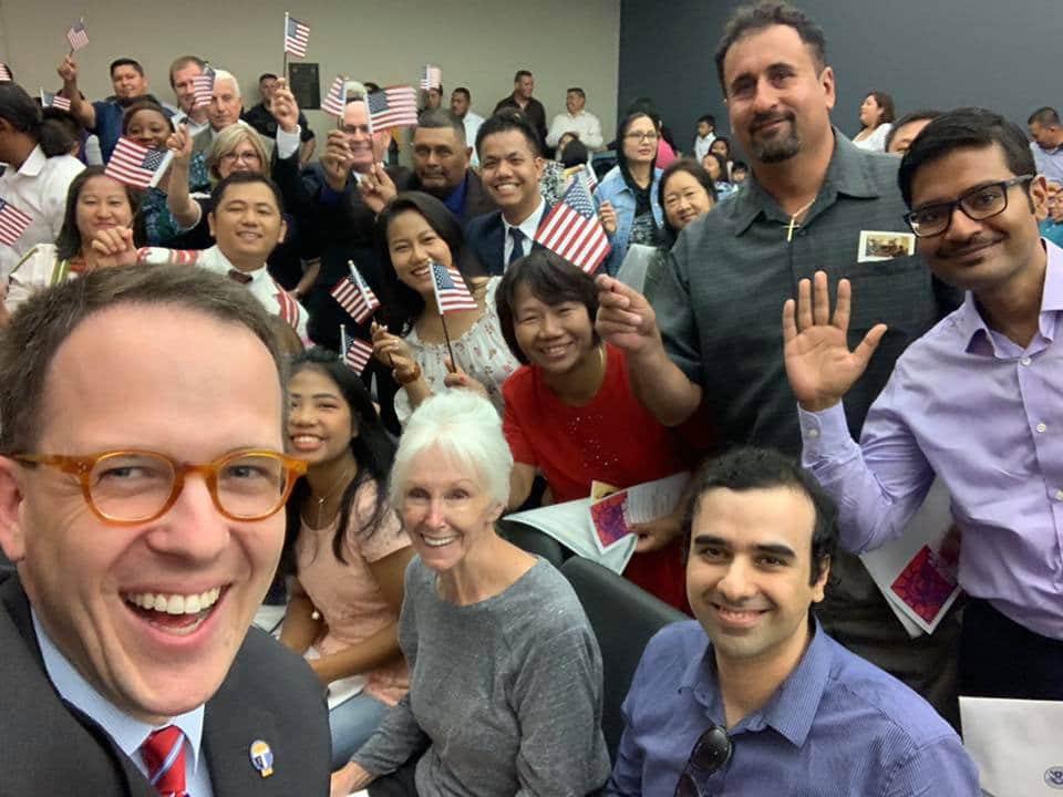 Prefeito de Tulsa faz selfie com quatro imigrantes legais que, a partir daquele dia, se tornaram cidadãos americanos