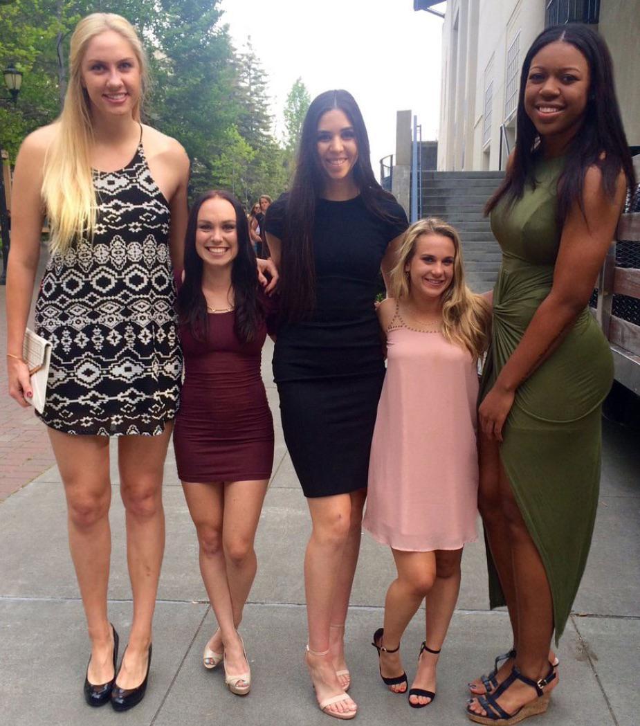Jogadoras de basquete dos EUA ao lado de cheeleaders