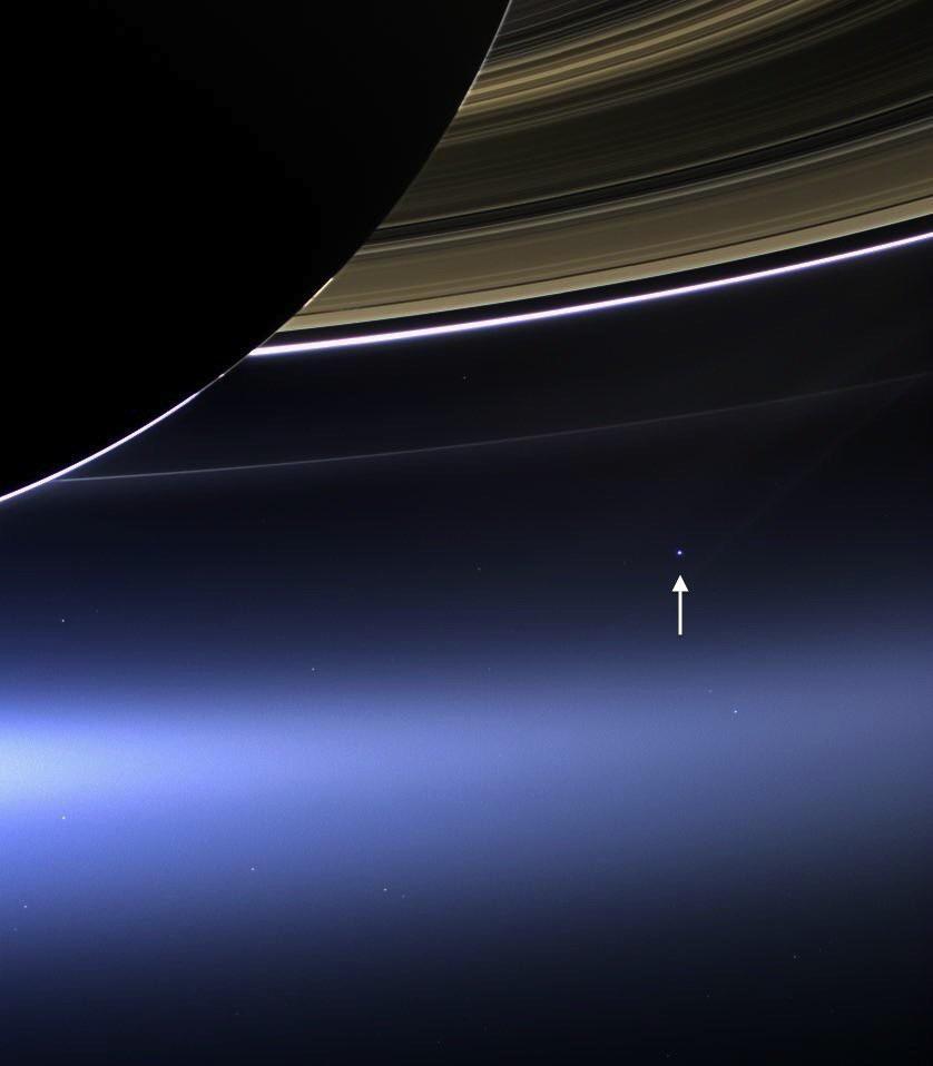Esta é a Terra a 1,5 bilhão de quilômetros de distância. Foto da sonda Cassini onde pode-se ver os anéis de Saturno