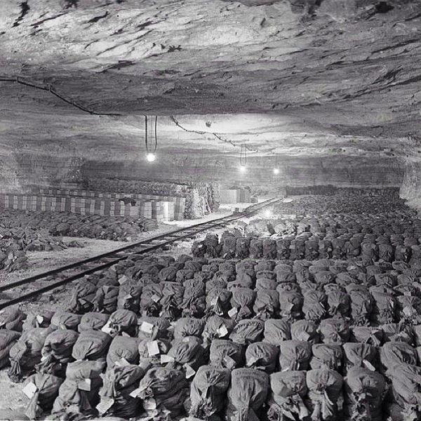 Mais de 7 mil sacolas de ouro e prata que os nazistas roubaram dos cidadãos guardados em cofre subterrâneo, em 1945