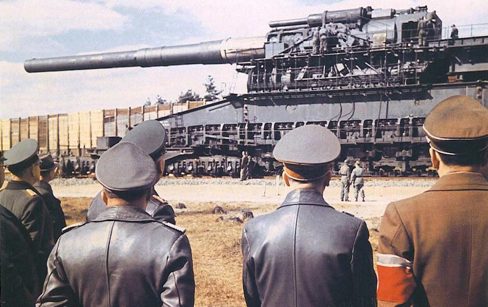 Hitler e sua equipe inspecionam o Gustav, maior canhão de artilharia já fabricado em 1943