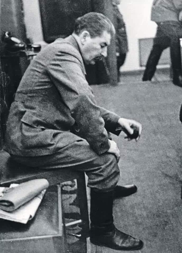 Stalin no Kremlin após reunião sobre a invasão nazista na União Soviética. O fotógrafo secretamente desafiou as ordens de apenas mostrar Stalin sob uma óptica positiva