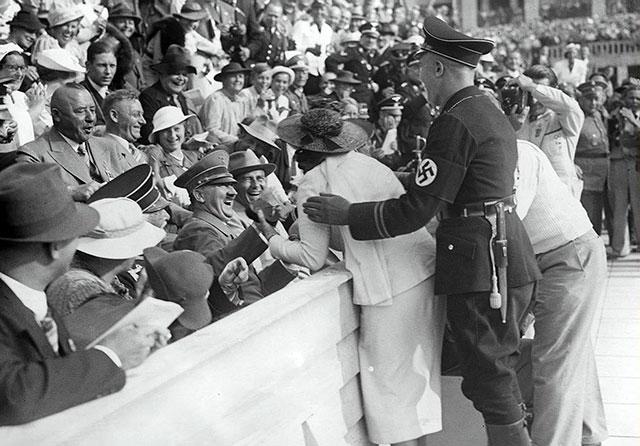 Hitler reage ao beijo de uma mulher americana durante os Jogos Olímpicos de 1936