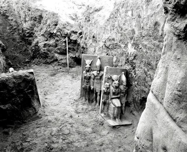 Estátuas de Menkaure sendo escavadas em Gizé, Egito  - 1908