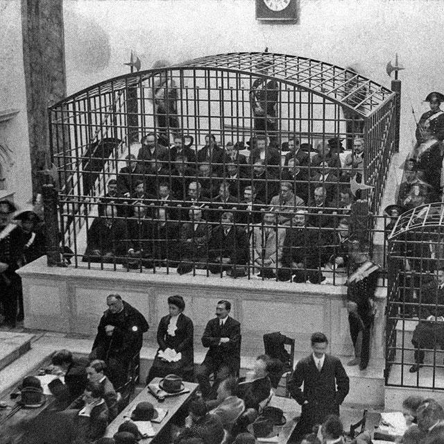 34 membros da máfia napolitana encarcerados em um tribunal durante o julgamento. A gaiola menor, à direita, tem uma testemunha - 1911