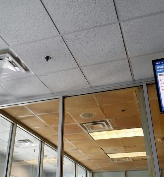 Diferença na cor do teto da área de fumantes de um aeroporto em relação à área cujo cigarro é proibido
